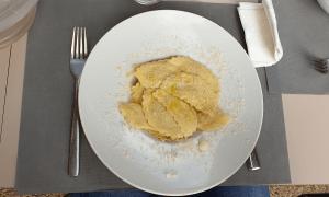 Ravioli gevuld met paddestoelen en roomsaus