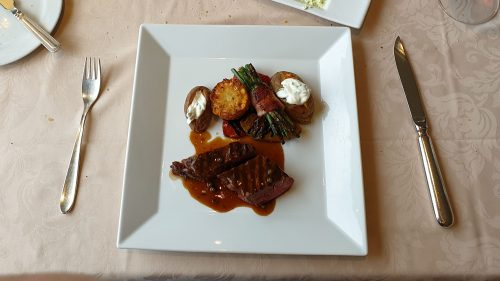 Hertenbiefstuk met courgette en aardappels uit de over