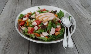 Frisse salade met verse gerookte kip